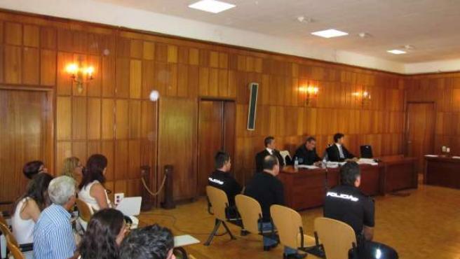 El Acusado, En El Banquillo, Y Mari Cruz, Sentada En Primera Fila
