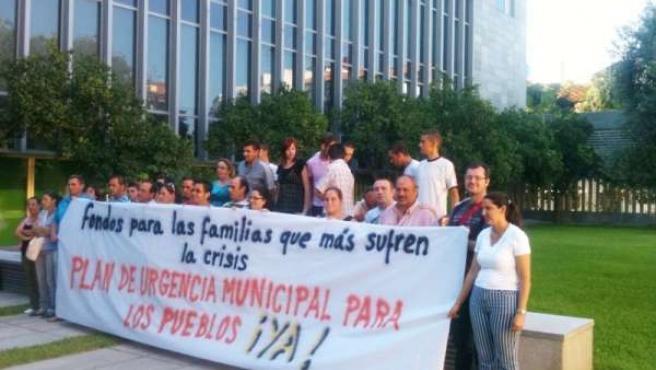 Encierro Del Alcalde Y Vecinos De Villaverde En La Diputación.