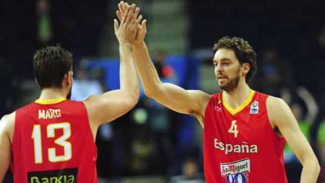 El pivot español Pau Gasol (d) celebra una canasta con su hermano Marc (i).