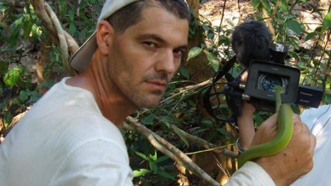 Frank Cuesta muestra una serpiente a la cámara en 'Frank de la Jungla'.