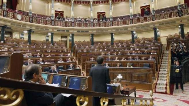 Imagen de archivo del Congreso de los Diputados, con José Luis Rodríguez Zapatero, de espaldas, en una intervención.