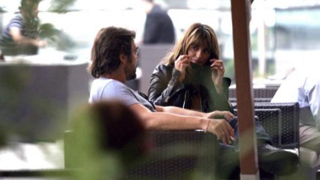 Penélope Cruz y Javier Bardem son fotografiados mientras conversan en el café de un hotel en Sarajevo.
