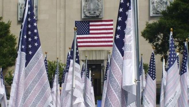 Algunas de las 2.976 banderas con los nombres de las víctimas del 11-S que se han instalado en el famoso Battery Park de Nueva York, a sólo unos pasos de donde ocurrieron los atentados.
