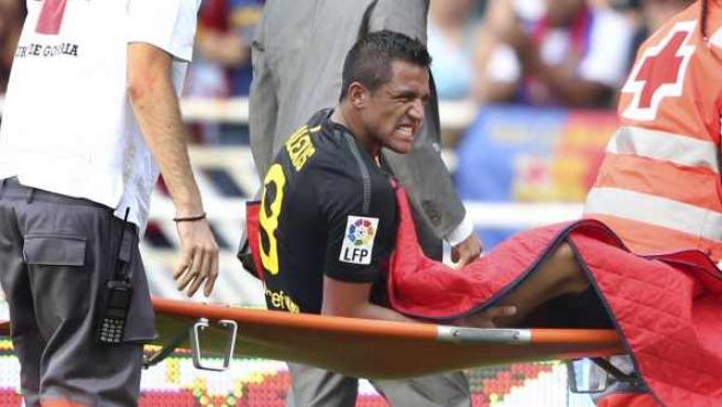 Alexis Sánchez, delantero del Barcelona, se retira en camilla tras su lesión ante la Real Sociedad.