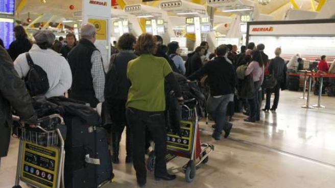 Colas formadas en el aeropuerto de Barajas ante la ausencia de controladores aéreos.