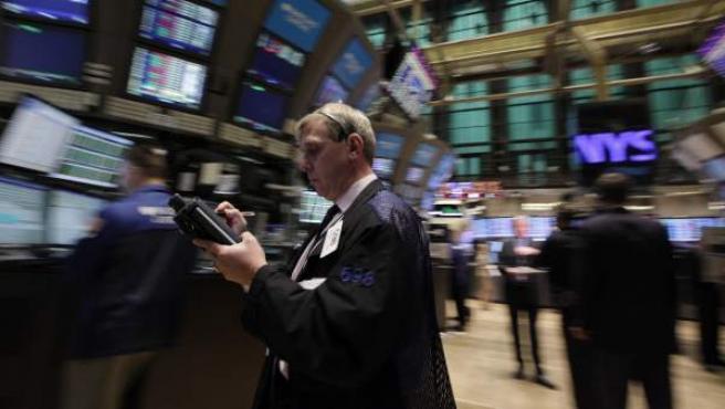 Un broker opera en el mercado de acciones en la Bolsa de Nueva York.