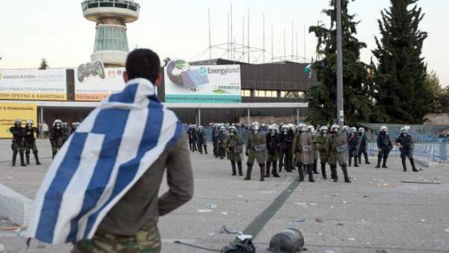 Un manifestante encara a policías antimotines cerca al centro de exposiciones I. Vellidis en la ciudad de Salónica (Grecia), el pasado fin de semana.