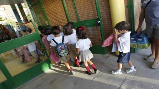 Varios niños vuelven a clase después de las vacaciones de verano en Madrid.