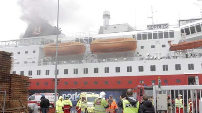 El crucero noruego incendiado.