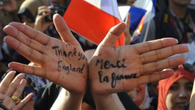 Una mujer libia agradece a Francia e Inglaterra su intervención en el conflicto libio.