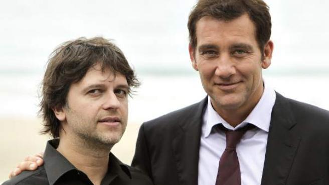 Juan Carlos Fresnadillo y Clive Owen posan para los medios tras la proyección de 'Intruders' en el Festival de Cine de San Sebastián.
