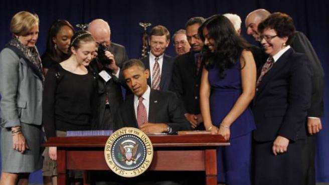 Barack Obama firma la nueva Ley de Patentes, conocida como 'EE UU Inventa'.