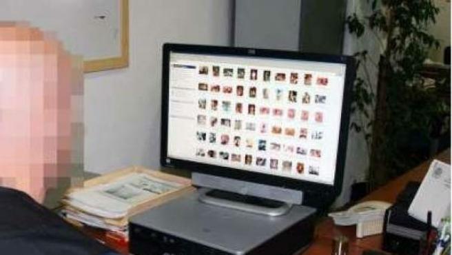 Un agente de la Guardia Civil buscando en la red posibles delitos relacionados con menores.