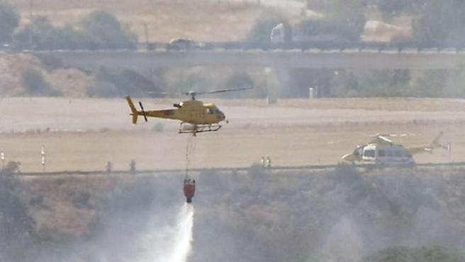 Un helicóptero echa agua sobre el área en la que se estrelló el vuelo de Spanair, el 20 de agosto de 2008.
