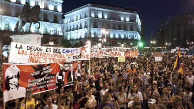 Miles de personas se han manifestado en Madrid contra los recortes en Educación y Sanidad que están llevando a cabo algunas Comunidades Autónomas. En la imagen, los manifestantes en el momento del paso de la marcha por la Puerta del Sol.