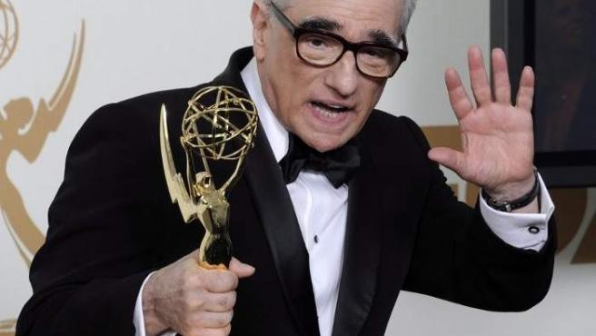 El director estadounidense Martin Scorsese sostiene su premio Emmy al mejor director de una serie dramática por 'Boardwalk Empire'.