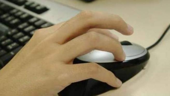 El detenido se hizo pasar por una mujer y escribió varios mensajes a la joven en una conocida red social.