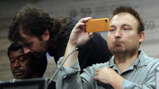 Miquel Barceló (dcha.) toma imágenes con su teléfono durante una rueda de prensa en San Sebastián .
