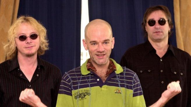 Los miembros del grupo R.E.M., Mike Mills, Michael Stipe y Peter Buck, de izq a dcha.