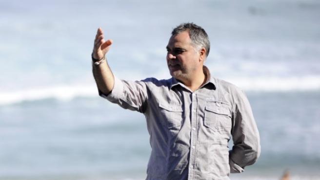 El director Benito Zambrano en la playa de la Concha, San Sebastián.