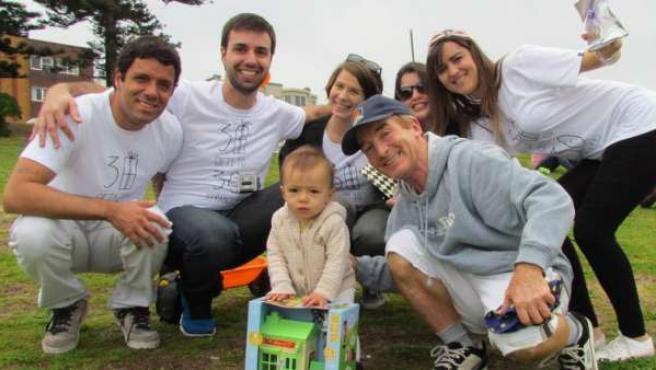 Lucas Jatobá (segundo a la izquierda) y su grupo, repartiendo regalos