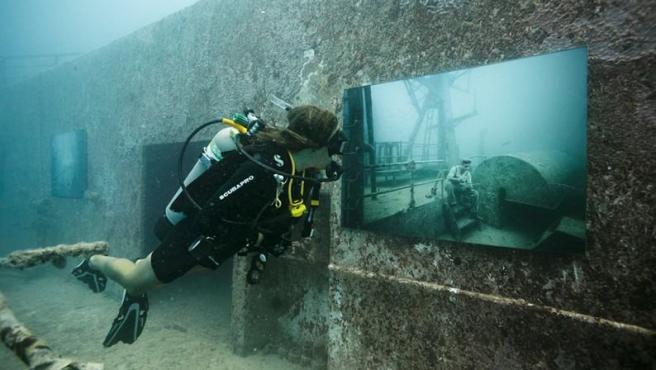 Una de las visitantes de la exposición de Andreas Franke en el Vandenberg