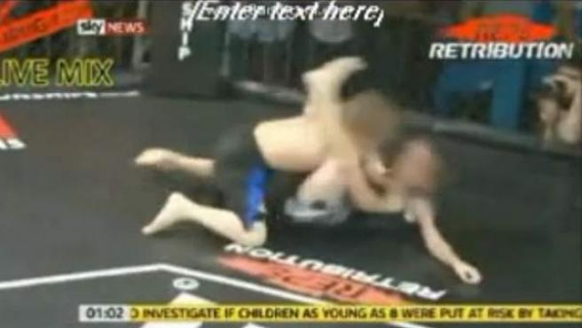 Niños de 8 años, luchando dentro de una jaula.