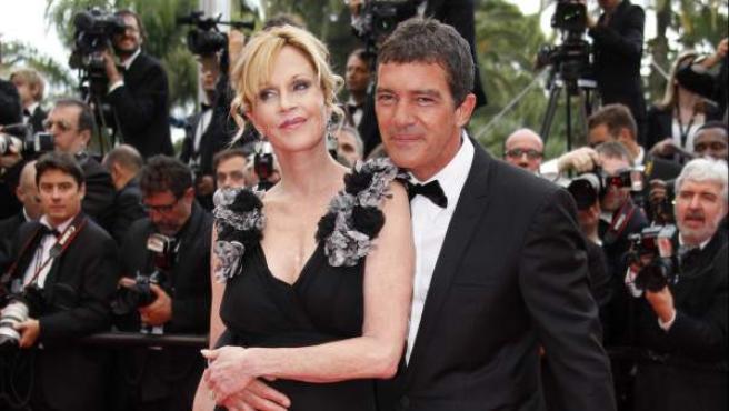 Antonio Banderas abraza a su mujer, Melanie Griffith, en la alfombra roja del Festival de Cannes.