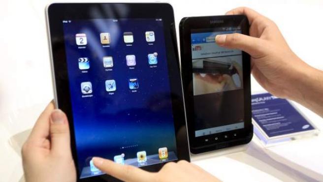 El iPad de Apple (izquierda) y la tableta Galaxy Tab de Samsung.