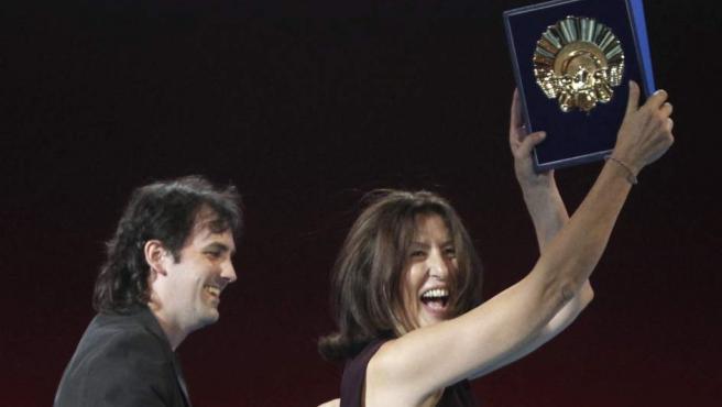El realizador Isaki Lacuesta (i) y la productora Luisa Matienzo (d) celebran la Concha de Oro a la mejor película, durante la gala de clausura del 59 Festival de Cine de San Sebastián.