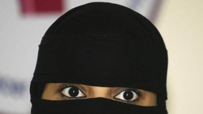 Una mujer saudí ataviada con un niqab.