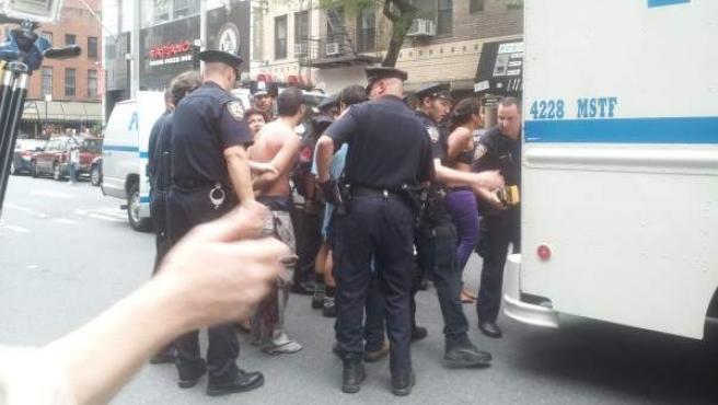 Un grupo de policías de Nueva York detiene a varios manifestantes del movimiento 'Occupy Wall Street'.