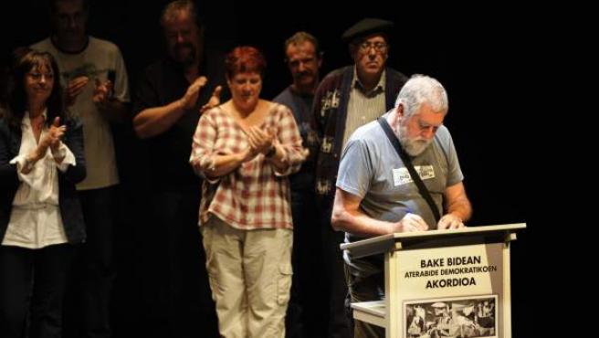Agirre Agiriano, representante del EPPK, el colectivo de los presos de ETA, en el momento de firmar el 'Acuerdo de Gernika' en la ciudad vasca que le da nombre.