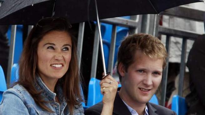 Pippa Middleton, hermana de la duquesa Catalina de Inglaterra, arruga el gesto por la lluvia durante el Torneo de Queen's Club de Londres.