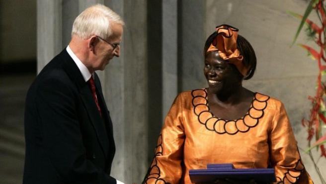Wangari Maathai, recibiendo el Premio Nobel de la Paz en 2004