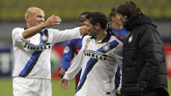 Los jugadores argentinos del Inter de Milán Esteban Cambiasso (i) y Mauro Zárate (c).