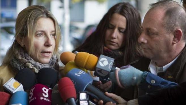 Eva Casanueva y Antonio del Castillo, padres de Marta, atienden a los medios de comunicación a su salida de los Juzgados de Sevilla.