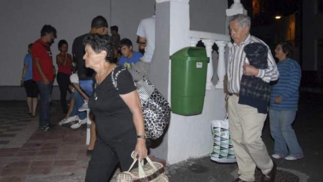 Vecinos del municipio de Frontera, en El Hierro, llevan sus pertenencias para ser desalojados de sus viviendas ante el riesgo de desprendimientos por los movimientos sísmicos que se han producido en la zona.