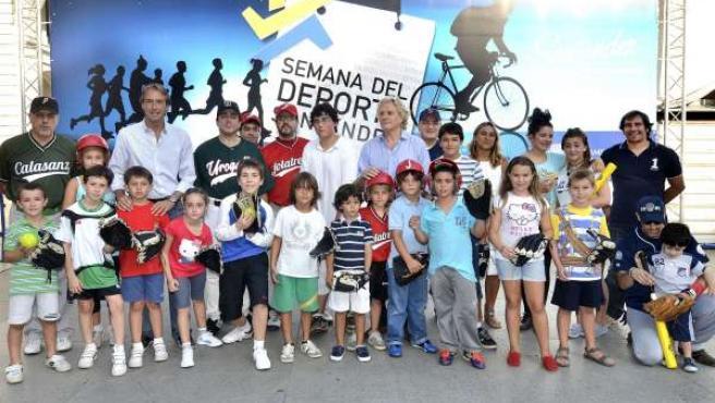 De La Serna Y Morante Con Los Participantes De La Sesión De Béisbol