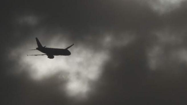 Imagen de un avión atravesando una zona nublada.