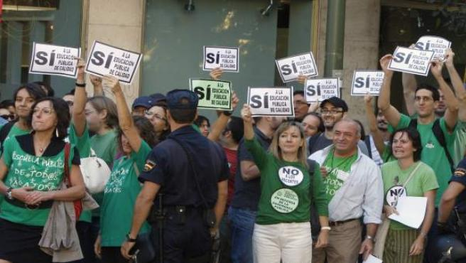 Decenas de profesores han protestado frente al colegio Fernando el Católico, donde la Reina y Esperanza Aguirre han inaugurado el curso.
