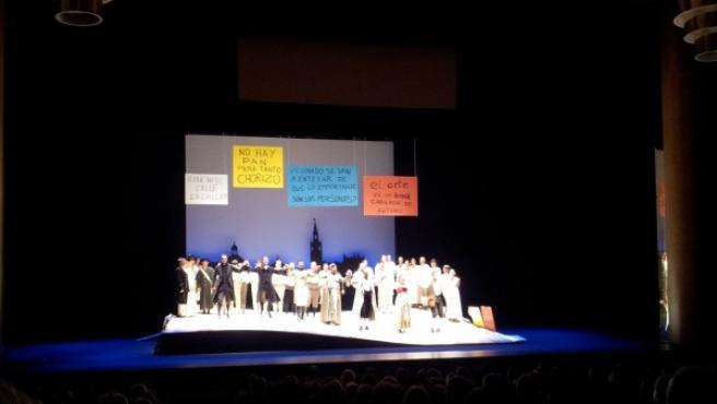 Fotografía de pancartas reivindicativas en el escenario del Auditorio de Galicia en Santiago cedida por el lector Pepeguay2.
