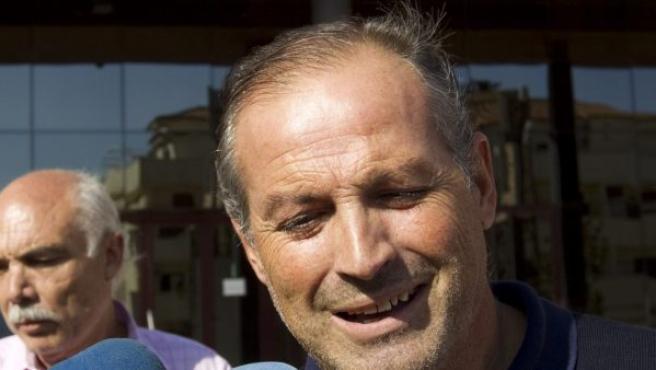 El exalcalde de Ronda (Málaga) el socialista Antonio María Marín (d), sale en libertad bajo fianza del Palacio de Justicia de Ronda.