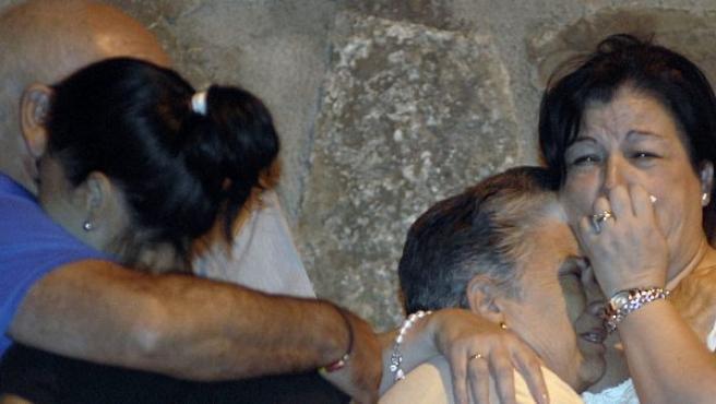 Familiares de los dos niños asesinados en la calle Cancio Uribe de Jaén.