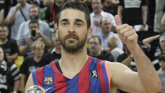 Juan Carlos Navarro, escolta del Regal Barcelona, con el trofeo de MVP de la final de la Liga ACB.