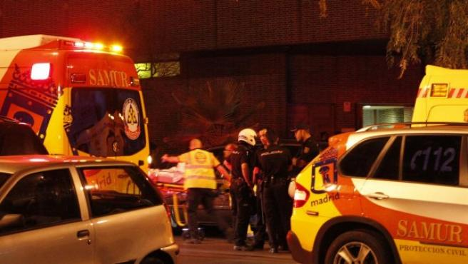 Los servicios de emergencias trasladan a los heridos en el tiroteo de este jueves en una iglesia madrileña.