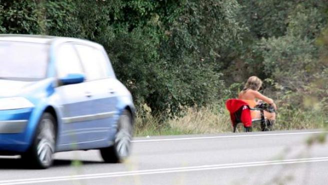 Una prostituta a pie de carretera, en la N-II, en Tordera.