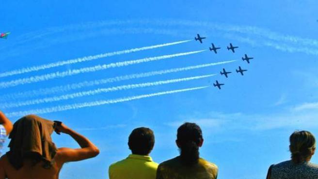 Espectadors gaudint de l'espectacle de les acrobàcies aèries en una edició anterior de la Festa del Cel.