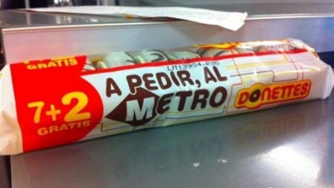 """Paquete de Donettes en el que puede leerse el lema """"A pedir, al metro""""."""
