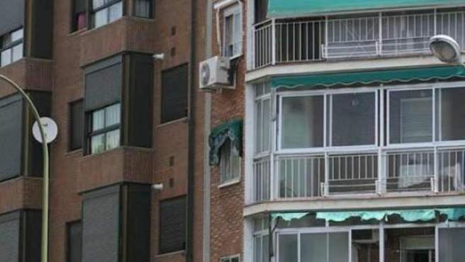 Ventanas de dos edificios de pisos.